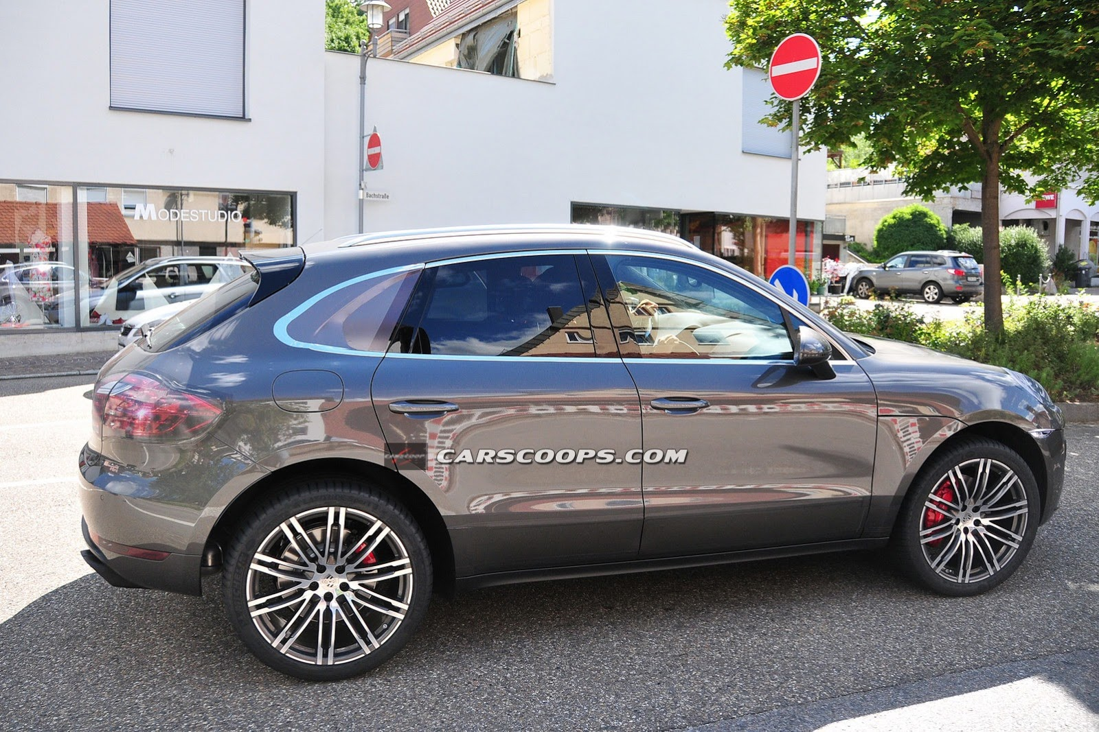 New-Porsche-Macan-Turbo-5-Carscoops[6]